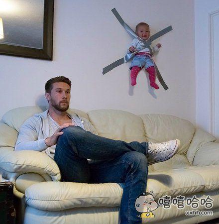 爸爸现在有点忙,一会儿就把你放下来